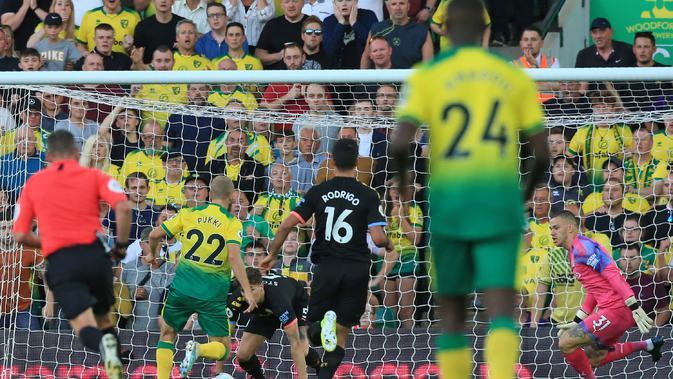 Teemu Puki mencetak gol yang menentukan kemenangan Norwich atas Manchester City. (AFP/Lindsey Parnaby)