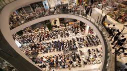 Orang-orang berdoa saat upacara pembukaan kembali pusat perbelanjaan Terminal 21 usai penembakan massal di Nakhon Ratchasima, Thailand, Kamis (13/2/2020). Sebelumnya, seorang tentara yang mengamuk melepaskan tembakan di mal tersebut hingga menewaskan 29 orang. (AP Photo/Sakchai Lalit)