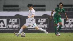 Pemain Persebaya Surabaya, Taisei Marukawa (kiri) menendang bola ke gawang PSS Sleman yang membuahkan gol saat laga pekan kelima BRI Liga 1 2021/2022 di Stadion Wibawa Mukti, Cikarang, Rabu (29/09/2021). (Bola.com/Bagaskara L
