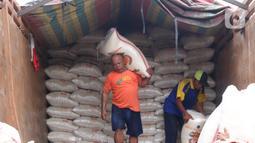 Pekerja tengah menurunkan beras yang akan di jual di Jakarta, Senin (21/12/2020). Kementerian Pertanian (Kementan) menyatakan, hasil proyeksi terakhir menunjukkan pergerakan harga beras cenderung stabil hingga Maret 2021. (Liputan6.com/Angga Yuniar)