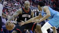 Pebasket Houston Rockets, PJ Tucker, berusaha melewati pebasket Charlotte Hornets, Jeremy Lamb, pada laga NBA di Stadion Toyota Center, Kamis (14/12/2017). Houston Rockets menang 108-96 atas Charlotte Hornets. (AP/Michael Wyke)