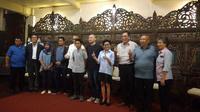Galang Hendra (keenam dari kanan) bersama pengurus PP IMI dan perwakilan Sentul bertemu (Liputan6.com/Defri Saefullah)