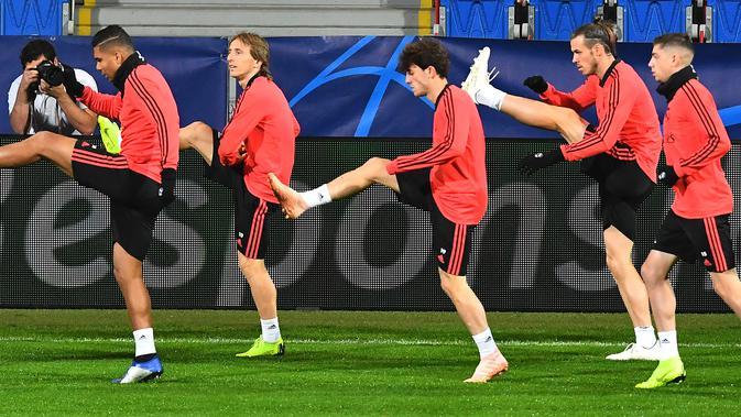 Pemain Real Madrid, Gareth Bale (dua kanan) dan rekan-rekannya saat sesi latihan di Stadion Doosan Arena, Plzen, Republik Ceko, Selasa (6/11). Real Madrid akan menghadapi Viktoria Plzen dalam Grup G Liga Champions. (JOE KLAMAR/AFP)#source%3Dgooglier%2Ecom#https%3A%2F%2Fgooglier%2Ecom%2Fpage%2F%2F10000