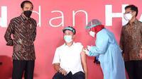 Nicholas Saputra lakukan vaksinasi Covid-19 yang ditinjau langsung oleh Jokowi. (Instagram/@kemdikbud.ri)