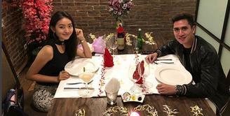 Pasangan kekasih Verrel Bramasta dan Natasha Wilona baru saja mengunggah foto romantis. Duduk berhadapan, dengan berhias bunga yang membentuk tulisan bersimbol i love you. (Instagram/natashawilona12)