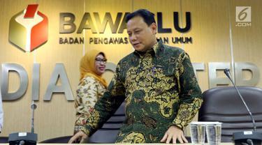 Ketua Bawaslu, Abhan bersiap memberikan keterangan di Gedung Bawaslu, Jakarta, Kamis (12/7). Bawaslu memberikan sejumlah keterangan hasil pengawasan penyelenggaraan Pilkada Serentak 2018. (Liputan6.com/Helmi Fithriansyah)