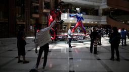 Dua buah patung Ultraman setinggi lima meter dipamerkan di pusat perbelanjaan di Shanghai, China, Selasa (3/5/2016). Patung tersebut merupakan bagian dari pameran untuk memperingati ulang tahun Ultraman ke-50. (REUTERS/Aly Song)