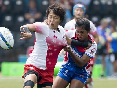 Indri Katerina Lahu gagal menghentikan laju pemain Jepang dalam babak penyisihan Rugby Seven Putri antara Indonesia vs Jepang pada Asian Games 2018 di GBK, Kamis (30/8/2018). (Bola.com/Peksi Cahyo)