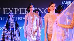 Model membawakan busana karya Anne Avantie pada acara Anne Avantie's Exclusive Trunk Show Collections di INACRAFT 2019 di Jakarta, Minggu (28/4). Dalam pagelaran busana Anne Avantie spesial mempersembahkan koleksi yang dedikasikan untuk ibunda tercinta. (Liputan6.com/Angga Yuniar)