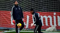 Dua kiper Real Madrid, Thibaut Courtois dan Keylor Navas. (AFP/GABRIEL BOUYS)