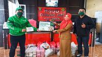 Manajemen perusahaan aplikator Grab Cirebon saat mengirim ratusan makanan kepada tenaga medis covid-19 sebagai dukungan terhadap perlawanan covid-19. Foto (Liputan6.com / Panji Prayitno)