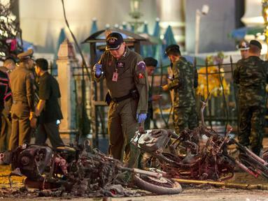Sejumlah petugas melakukan penyelidikan di lokasi meledaknya bom motor di luar Kuil Erawan di pusat kota Bangkok, Thailand, Senin (17/8/2015). Bom motor tersebut diketahui telah menewaskan sekitar 27 warga. (REUTERS/Athit Perawongmetha)