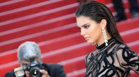 Model cantik Kendall Jenner berpose saat menghadiri premier film From The Land of the Moon pada Festival Film Cannes ke-69 di Prancis, Minggu (15/5). Adik tiri Kim Kardashian itu tampak memesona dengan gaun hitam transparan. (Valery Hache/AFP)