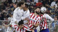 Pemain Real Madrid duel udara dengan pemain Atletico Madrid pada laga Piala Super Spanyol di King Abdulla Sports City, Jeddah, Senin (13/1/2020). Real Madrid menang adu penalti 4-1 atas Atletico Madrid. (AP/Hassan Ammar)