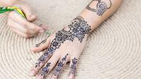 Henna kerap dijadikan sebagai tinta alami untuk menggambar tato. Cek di sini selengkapnya. (Foto: Unsplash)