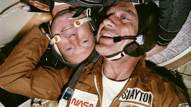 Astronot Donald K. Slayton dan kosmonot Aleksey A. Leonov dalam Modul Orbit Soyuz. (Sumber Wikimedia Commons)