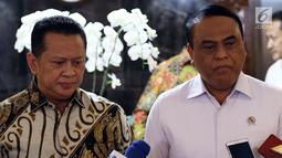 Menpan RB Syafruddin (kanan) dan Ketua DPR Bambang Soesatyo memberikan keterangan usai pertemuan di Gedung Nusantara III, Senayan, Selasa (23/7/2019). Menpan menyampaikan kepada Ketua DPR Bamsoet saat ini ada 97 lembaga dalam pemerintahan Jokowi-JK yang terkena akuisisi. (Liputan6.com/Johan Tallo)