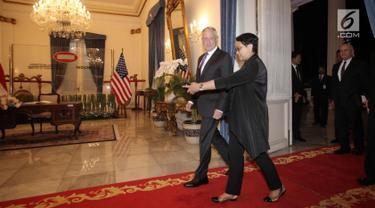 Menteri Luar Negeri RI Retno Marsudi menyambut kedatangan Menteri Pertahanan Amerika Serikat Jim Mattis saat melakukan pertemuan di Kantor Kementerian Luar Negeri, Jakarta, Senin (22/1). (Liputan6.com/Arya Manggala)