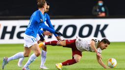 Bek Arsenal, Cedric Soares, berebut bola dengan gelandang Molde, Martin Ellingsen, pada laga lanjutan Liga Europa di Aker Stadion, Jumat (27/11/2020) dini hari WIB. Arsenal menang 3-0 atas Molde. (AFP/Svein Ove Ekornesvag/NTB)