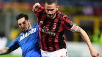 Bek AC Milan, Leonardo Bonucci berebut bola dengan pemain Sassuolo, Matteo Politano pada laga pekan ke-31 Serie A di San Siro, Minggu (8/4). Menjamu Sassuolo, AC Milan gagal meraih kemenangan usai hanya bermain imbang 1-1. (AP/Antonio Calanni)