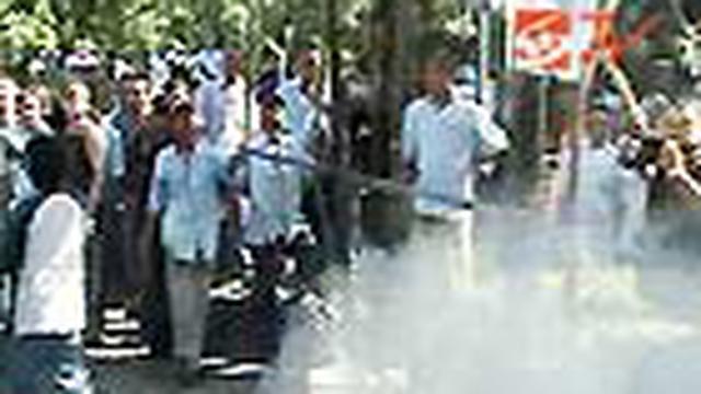 Ratusan sopir taksi lokal, yang tergabung dalam Paguyuban Jasa Wisata Bali, melakukan aksi demo di Kantor Gubernur Bali.