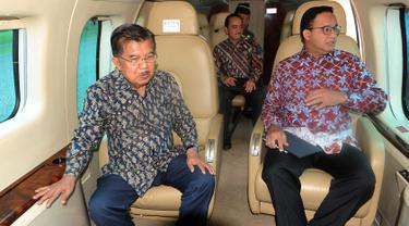 Wakil Presiden Jusuf Kalla (JK) berbincang dengan Gubernur DKI Jakarta Anies Baswedan saat meninjau sejumlah titik kemacetan menggunakan Helikopter Super Puma dari lapangan helipad, Monas, Jakarta, Senin (28/1). (Liputan6.com/HO/TIM MEDIA WAPRES)