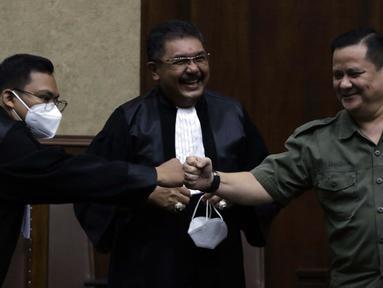 Terdakwa kasus suap penghapusan red notice Djoko Tjandra, Irjen (Pol) Napoleon Bonaparte (kanan) bersama kuasa hukumnya sesaat sebelum menjalani sidang lanjutan di Pengadilan Tipikor, Jakarta, Senin (8/2/2021). Sidang beragendakan mendengar keterangan terdakwa. (Liputan6.com/Helmi Fithriansyah)
