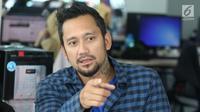Artis Tora Sudiro berpose saat media visit di Liputan 6, SCTV Tower, Jakarta, Kamis (29/3). Tora tampil dalam film horor komedi berjudul Reuni Z. (Liputan6.com/Arya Manggala)