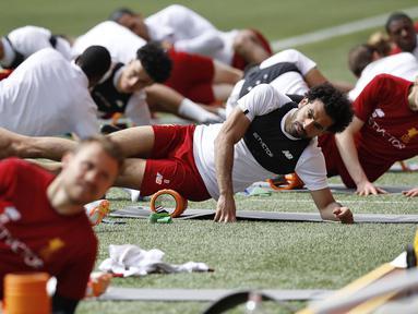 Striker Liverpool, Mohamed Salah, tampak serius saat latihan jelang laga final Piala Champions di Stadion Anfield, Senin (21/5/2018). Liverpool akan berhadapan dengan Real Madrid. (AP/Martin Rickett)