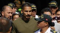 Kapten timnas Sepak Bola Peru Paolo Guerrero saat tiba di Lima, Peru (15/5). Kapten Timnas Peru tersebut gagal menjemput mimpinya untuk tampil di Piala Dunia 2018 Rusia setelah tersandung kasus doping. (AP/Martin Mejia)