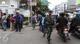 Suasana lalu lintas depan RSAL Mintohardjo, Jakarta, Senin (14/3).Salah satu dugaan terjadi kebakaran adalah Timbulnya Percikan api berawal dari alat bernama chamber yang berada diruangan tersebut. (Liputan6.com/Gempur M Surya)