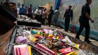 Kosmetik serta beberapa produk obat ilegal yang disita oleh Balai Besar Pengawas Obat dan Makanan (BBPOM) di kantor BBPOM, Jakarta, Selasa (2/5). BPOM memusnahkan obat dan makanan ilegal dengan nilai mencapai Rp26 miliar. (Liputan6.com/Gempur M Surya)