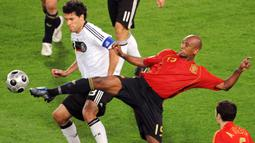 Marcos Senna. Ia memutuskan pindah kewarganegaraan menjadi Spanyol pada tahun 2006 setelah sebelumnya bergabung dengan Villarreal pada 2002/2003. Trofi Piala Eropa diraihnya pada Euro 2008 setelah Spanyol menang 1-0 atas Jerman di partai final, 29 Juni 2008. (Foto: AFP/Mladen Antonov)