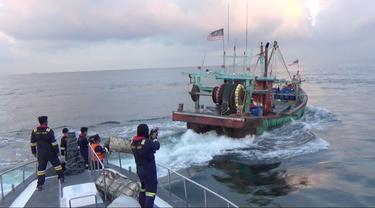 Kapal pencuri ikan berbendara Malaysia di Selat Malaka