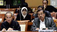 Jaksa Agung HM Prasetyo (kanan) saat mengikuti raker dengan Komisi III DPR, di Gedung Nusantara II, Kompleks Parlemen, Senayan, Jakarta, Selasa (5/6). Rapat membahas Rencana Kerja Anggaran Kementerian/Lembaga (RKA K/L). (Liputan6.com/Johan Tallo)