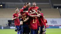 Para pemain Spanyol merayakan gol ke gawang Jerman pada laga UEFA Nations League di di Estadio Olimpico de Sevilla, Rabu (18/11/2020). Spanyol menang dengan skor 6-0. (AP/Miguel Morenatti)
