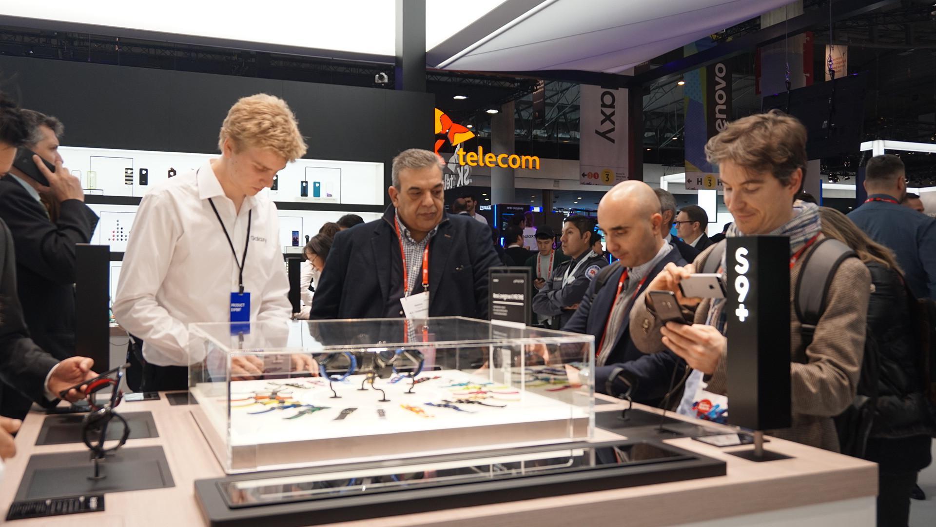 Suasana booth Samsung di gelaran Mobile World Congress 2018 di Barcelona, Spanyol, pengunjung melihat-lihat ekosistem Gear Smart Watch Samsung (Liputan6.com/ Agustin Setyo W)
