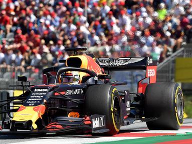 Pebalap Red Bull, Max Verstappen memacu kendaraannya saat bertanding dalam F1 GP Austria di Red Bull Ring, Spielberg, Minggu (30/6/2019). Max Verstappen menggeser Sebastian Vettel dari peringkat ketiga klasemen F1. (JOE KLAMAR/AFP)