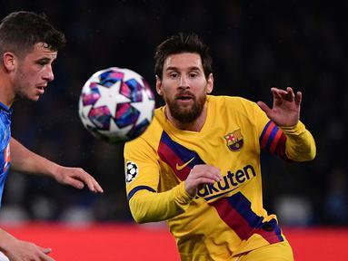 Pemain Barcelona Lionel Messi (kanan) berebut bola dengan pemain Napoli Diego Demme pada pertandingan babak 16 besar Liga Champions di San Paolo Stadium, Naples, Italia, Selasa (25/2/2020). Pertandingan berakhir dengan skor 1-1. (Alfredo Falcone/LaPresse Via AP)