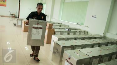 Petugas mengangkut kotak suara yang akan didistribusikan ke kelurahan di Kecamatan Menteng, Jakarta, Senin (17/4). Logistik surat suara Pemilihan Gubernur dan Wagub DKI telah siap didistribusikan ke kelurahan di Jakarta. (Liputan6.com/Gempur M Surya)