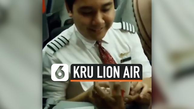 Seorang kru pesawat Lion Air mendadak viral di media sosial karena aksinya yang menuai kagum masyarakat. Dengan penuh kasih sayang, ia melayani seorang lansia usia 117 tahun yang saat itu tidak mau kenakan sabuk pengaman dan meminta turun dari pesawa...