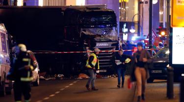 Sebuah truk yang digunakan untuk menabrak kerumunan orang di sebuah pasar Natal di pusat Kota Berlin, Jerman, Senin (19/12). Selain menewaskan 12 orang, sekitar 50 lainnya terluka akibat truk berwarna hitam itu menghantam mereka. (REUTERS/Fabrizio Bensch)