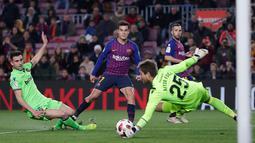 Pemain Barcelona, Philippe Coutinho menendang bola saat leg kedua babak 16 besar Copa del Rey melawan Levante di Stadion Camp Nou, Kamis (17/1). Barcelona lolos ke perempat final Copa Del Rey usai menang 3-0 atas Levante. (AP/Manu Fernandez)