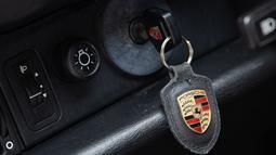 Kunci mobil Porsche 911 Type 964 Carrera 2 Convertible Works Tubro Look milik mendiang Diego Maradona dipamerkan menjelang pelelangannya oleh Bonhams di Vichte, Belgia, Rabu (24/2/2021). Porsche 911 Type 964 tersebut akan dilelang pada Maret 2021 mendatang. (BENOIT DOPPAGNE/Belga/AFP)