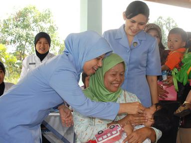 Citizen6, Subang: Sekitar 90 Bayi di bawah lima tahun (Balita), anak dari anggota Lanud Suryadarma mendapat vaksinasi vitamin A di Balai Srikandi, Lanud Suryadarma Kalijati, Selasa (16/8). (Pengirim: Dodo)