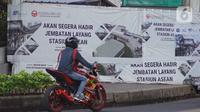 Pengendara melintas di samping proyek skybridge Stasiun MRT Asean-Halte Transjakarta CSW, Jakarta, Selasa (21/1/2020). Jembatan layang ini nantinya akan memudahkan penumpang mengakses salah satu moda transportasi baik di MRT Stasiun Asean atau Halte Transjakarta CSW. (Liputan6.com/Immanuel Antonius)