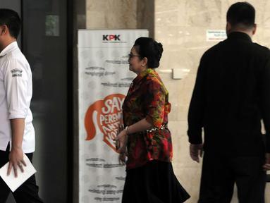 Mantan Menkes Siti Fadilah berjalan saat memenuhi panggilan KPK, Jakarta, Senin (7/3). Siti diperiksa sebagai saksi terkait dugaan korupsi pengadaan alat kesehatan RS Unair tahap I dan II tahun Anggaran 2010. (Liputan6.com/Helmi Afandi)