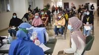 Petugas medis akan menyuntikkan vaksin Coronavac kepada tenaga kesehatan di Rumah Sakit Darurat Covid-19 Wisma Atlet Kemayoran, Jakarta, Rabu (20/1/2021). Sebanyak 2.630 tenaga kesehatan di RSD Wisma Atlet divaksinasi Covid-19 secara bertahap. (Liputan6.com/Fery Pradolo)