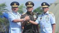 Panglima TNI Jenderal Gatot Nurmantyo (tengah) bersama Marsekal TNI Hadi Tjahjanto dan Agus Supriatna bersalam komando usai serah terima jabatan KSAU di Lanud Halim Perdanakusuma, Jakarta, Jumat (20/1). (Liputan6.com/Helmi Afandi)