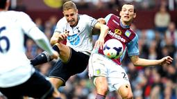 Michael Dawson duel dengan Libor Kozak pada pertandingan Liga Premier Inggris antara Aston Villa vs Tottenham Hotspur di Villa Park, Birmingham (20/10/2013). (AFP/Paul Ellis).